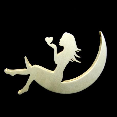 Donna seduta sulla luna